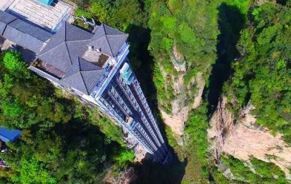 Outdoor elevator has the fastest speed in the world is constructed on the highest cliff